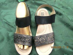 ladies size39/8 black leather /elastic PLANET flat sandals 2.cm wedge heel vgc
