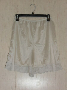 EXCELLENT VINTAGE WOMENS LORRAINE IVORY NYLON PETTI PANT  SIZE L  MADE IN U.S.A.