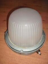 Ancien plafonnier globe industriel holophane verre opaque et fonte
