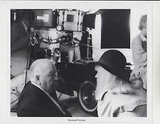 "Alfred Hitchcock / Karen Black (Setfoto '76) für ""Family Plot / Familiengrab"""
