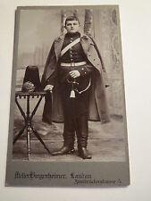 Landau - stehender Soldat in Uniform Säbel Sporen Parade-Pickelhaube Mantel  CDV