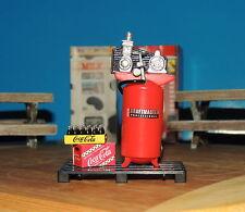 Danbury Mint Two Coca Cola Cases,Upright Compressor+ Pallet 1:24 (G) Miniature