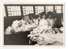 PHOTO ANCIENNE N&B Blanchisserie Linge Tissu Drap Pliage Femmes Ouvrières 1960