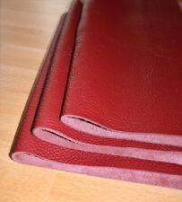Rote Felle für die Lederbearbeitung und Leder