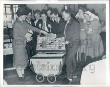 1943 Wounded Soldiers Buy From Pram Mobile Canteen Ireland Press Photo