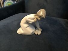 Lladro Little Girl With Shoes Kneeling 4523