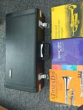Trompeta Yamaha 4320e con libros, soporte, silencio