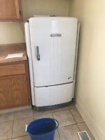 Vintage GE general electric refrigerator With Freezer, Still Runs!