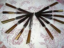 """12  couteaux  de table   """" Trente deux 32  Dumas Ainé """"  manches en corne."""