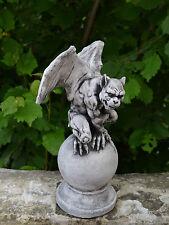 Massive Steinfigur Sondermodell Gargoyle Drachen auf Kugel Steinguss frostfest