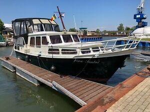 Motoryacht Pedro 10,50 x 3,40 m mit 6 Zylinder Volvo Penta und Bugstrahlruder