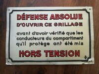 Rare plaque tole relief 20X30 DEFENSE ABSOLUE d'OUVRIR CE GRILLAGE HORS TENSION