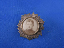ancien porte photo medaillon broche en laiton repousse