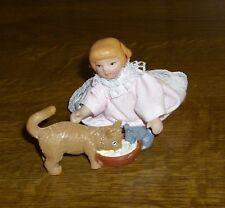 """Puppenstubenpuppe """"Lilli spielt mit Kazte und Maus """"  Miniatur 1:12"""