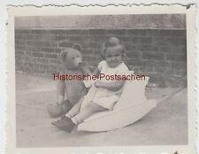 (F8878) Orig. Foto Erfurt, Kind Rosemarie spielt mit Schaukel-Schwan u. Bär, 193