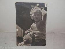 Vecchia cartolina foto d epoca di ROTANTE 1942 BAMBINA CAPELLI BAMBOLA GIOCO da