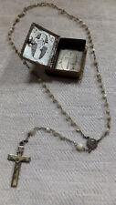 Viejos lata de metal en forma de libro cruz JHS con rosario de madreperla