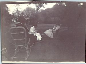 Une famille se relaxant dans un jardin  Vintage silver print Tirage argentique