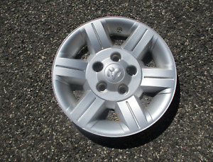 One genuine 2004 to 2009 Dodge Durango 17 inch hubcap wheel cover scratch