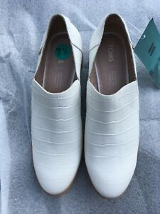 NWOB TOM'S SHAYES LOW WHITE CROC EMBOSS LEATHER ANKLE SLIP ON  SZ 7.50