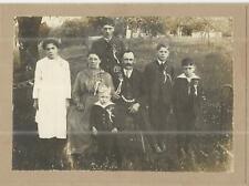 ALTES FOTO AUS HARTKARTON- EINE GROSSE FEIERLICHE FAMILIE   - 16/14 CM