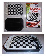Scacchi portatili con scacchiera cm 8,3 x 8,3 (scatola cm 13,5 x 9,5 x 1,9)