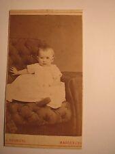 Magdeburg - in einem Sessel sitzendes kleines Kind - Baby / CDV