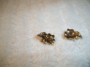Avon Pierced Gold Tone Hawaiian Flower Pierced Earrings