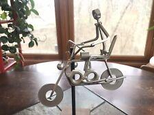 Vintage Metal Escultura De Escritorio De Arte en Uñas hombre en motocicleta escultura cinética
