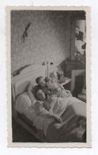 PHOTO ANCIENNE Femme Lit Bébé Accouchement Enfant Nouveau né Flou 1946 Chambre