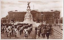 Victoria Memorial Buckingham Palace & Guards LONDON England ®1949 Valentine RPPC