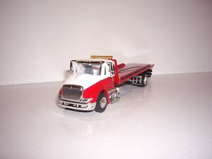 SPECCAST 1/64 RED AND WHITE INTERNATIONAL 8600 SINGLE AXLE ROLLBACK FLATBED DCP