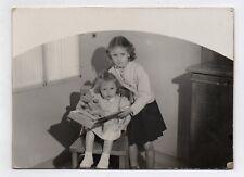 PHOTO ANCIENNE Enfant Petite Fille Livre Ours Jouet Lecture Vers 1950 Soeur Jeu