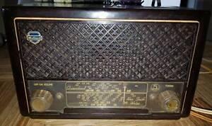 Mullard Antique Valve Radio in brown bakelite casing.
