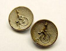 Deux petits boutons argentés à décor de cycliste. cycles vélo couture collection