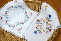 2 kleine bunt gestickte Deckchen mit Spitze 27x27 - 23 x 33 cm 50iger