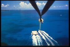 068035 parasailing a lo largo de Seven Mile Beach isla Gran Caimán A4 Foto Impresión
