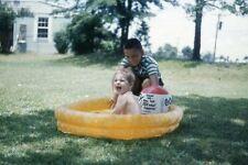 Niño jugando con hermano en volar piscina 1961 35mm Foto Diapositiva