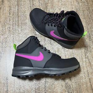 A1402G Nike Manoa Leather SE Boots Black Fuchsia CW7360-001 Mens Size 10 NEW