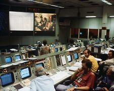 MISSION CONTROL DURING THE APOLLO-SOYUZ TEST PROJECT - 8X10 NASA PHOTO (BB-578)