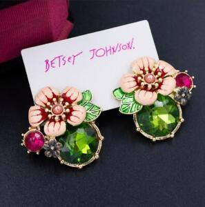 Ladies 80s jewelry Set of vintage enamel flower earrings Clip on back White flower earrings with gold