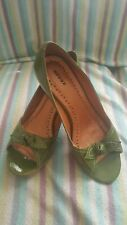 New Bronx Styled by Dijkmans Green patent leather Block heel opentoe court shoes
