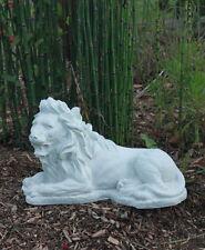 Statue de lions allongé en pierre reconstituée, ton pierre blanche