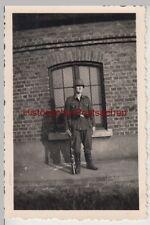 (F14415) Orig. Foto deutscher Soldat mit Gewehr u. Stahlhelm vor Gebäude 1940er