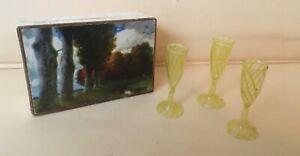 Drei alte Lauscha Fadengläser, Sektgäser gelb in alter Pappschachtel