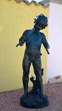 Lebensgroße Bronzeskulptur Bronze Junge mit Flöte grünlich patiniert signiert