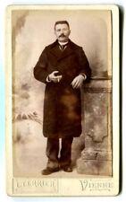 Photographie Portrait Homme debout Photographe L. Terrier Vienne