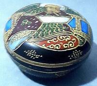 Antica scatola orientale, in porcellana dipinta con finiture in rilievo.