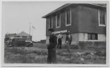 OLD PHOTO US CANADA BORDER IMMIGRATION OFFICE MEN CARS 1920S