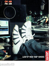 PUBLICITE ADVERTISING 056  2004   Levi's  baskets chaussures red tab shoes